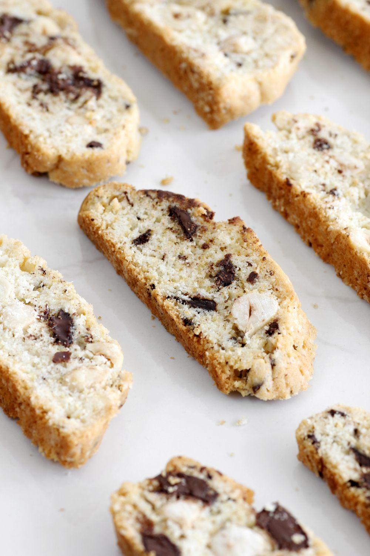 עוגיות ביסקוטי אגוזי לוז ושוקולד | צילום: נטלי לוין