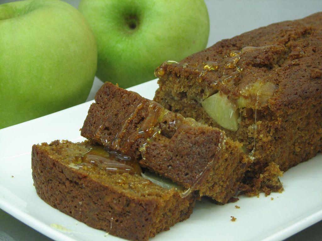 עוגת דבש עם אפרסקים ואגוזי פקאן