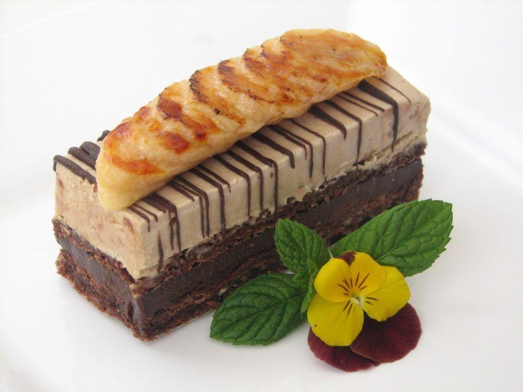 עוגת שוקולד עם קרם קפה ובננות מקורמלות