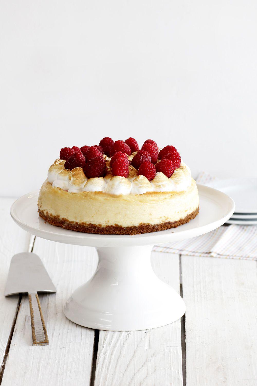 עוגת גבינה ושוקולד לבן עם פירות יער | צילום: נטלי לוין