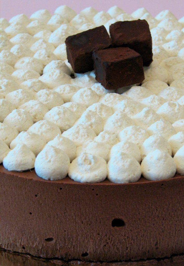 עוגת מוס שוקולד וקפה עם טראפלס