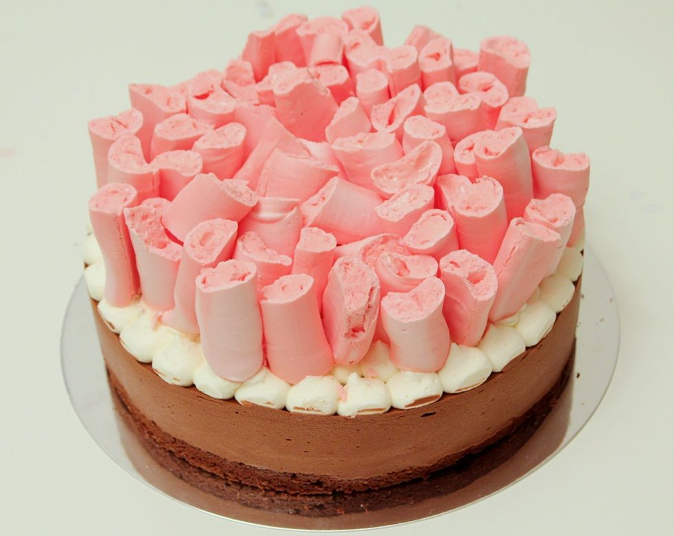 קוף קייק - עוגת מוס שוקולד ומקלות מרנג ורודים