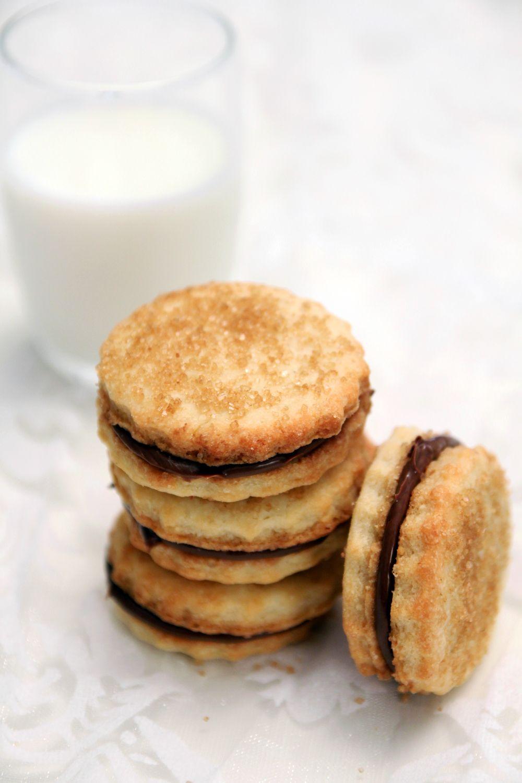 עוגיות שקדים במילוי גנאש שוקולד מריר
