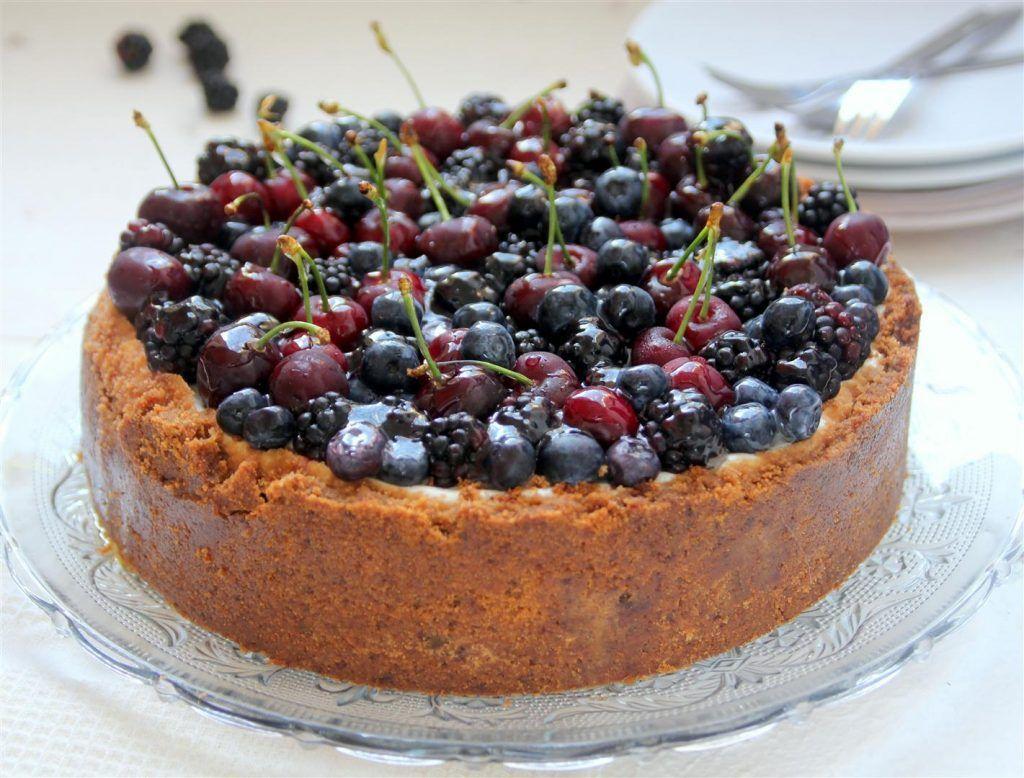 עוגת גבינה עם פירות יער ושקדים