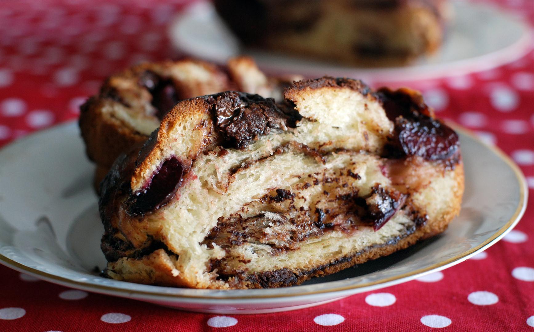 עוגת שמרים שוקולד ודובדבנים