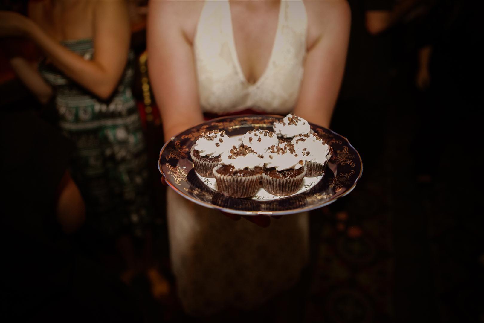 מיני קאפקייקס שוקולד עם אייריש קרים ומרנג איטלקי