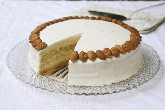 עוגת שקדים וקוקוס במילוי פטיסייר דבש
