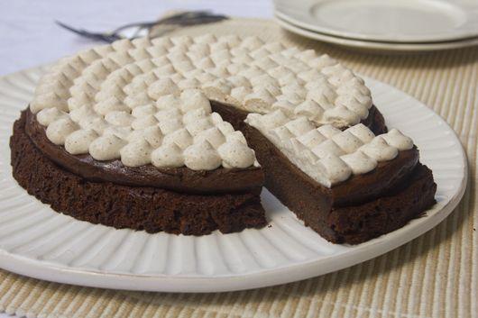 עוגת שוקולד ודבש עם קצפת קינמון