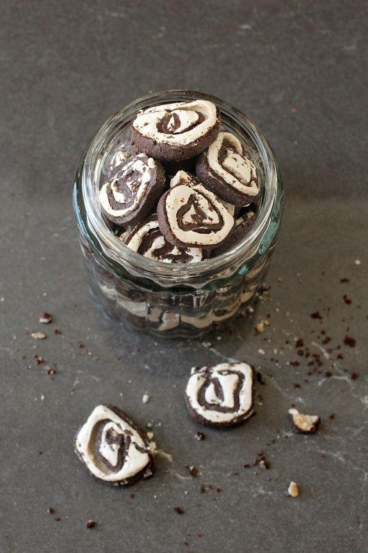 עוגיות שושנים מבצק שוקולד במילוי מרנג וניל