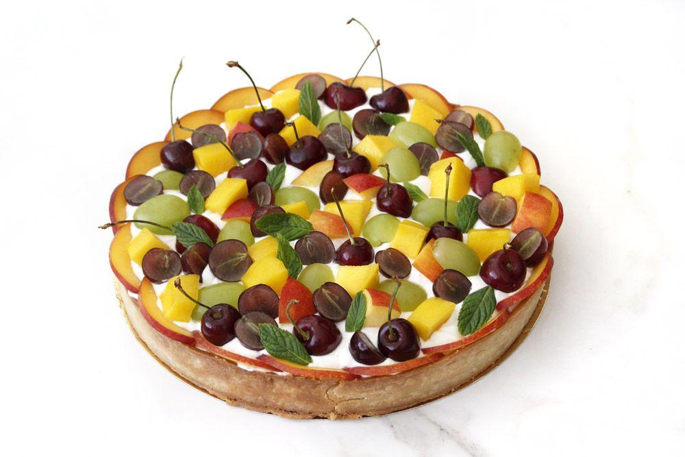 טארט פירות עם קרם יוגורט, קוקוס וליים