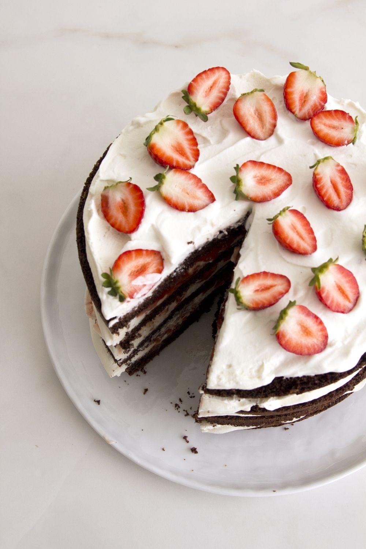 עוגת שוקולד, תותים צלויים וקצפת